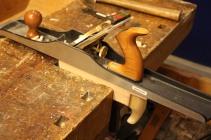 En langhøvel av stål er god til dette bruket, men det lar seg gjøre med en god langhøvel av tre også, det viktigste er at den er skarp og nøye innstilt (tar lite og jevnt).