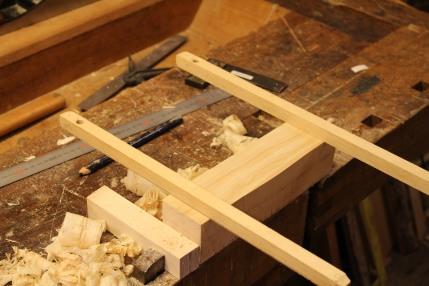 Siktepinner blir brukt for å sjekke at emnet ikke blir vindskjevt, man høvler ut en side og vinkler i forhold til den på side to. deretter er det ripmåt og saging/høvling av det to siste sidene.
