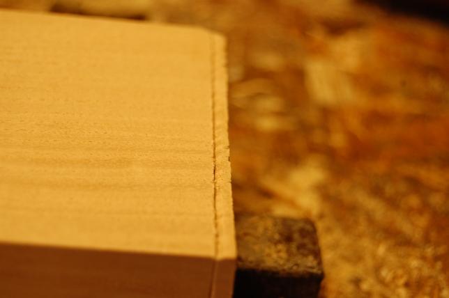 Her er en skråfas inn mot risset, her for at det skal være lett å styre saga. Denne metoden blir også brukt når man sager med bakksag/nakksag for at ikke saga skal rive i kanten på risset, da kan man sage helt inntil risset.
