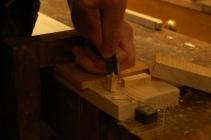 Stikker ut en enkel firkantplugg av furu.