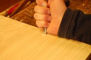 En alternativ metode for å ta ut den første flisa. 1. skjærer med fasen på jernet mot ripmåtskaret (slik at man ser streken)