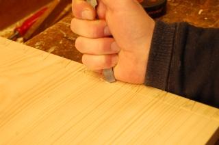 2. Snur jernet med fasen ned og skjærer løs en liten flis.