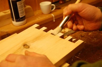 Jeg valgte vanlig moderne snekkerlim da verktøykisten kan bli utsatt for mye fukt i bruk.